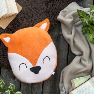 Fuchs Kissen groß und rund mit gemütlicher Decke auf Fell und Holzdeck