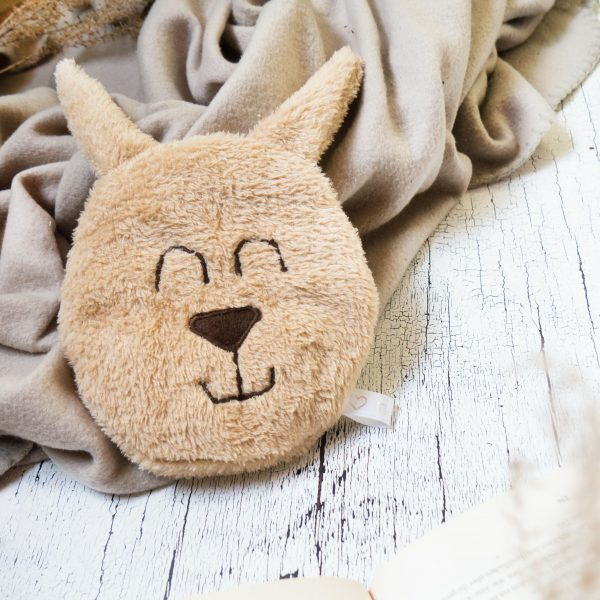 Hase Körnerkissen auf Decke eingekuschelt