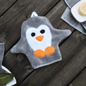 Pinguin Waschlappen mit Armen auf Holzuntergrund