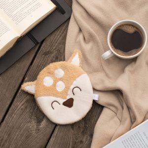 Reh Körnerkissen mit Buch und Kaffee auf einer Decke und einem Holzdeck