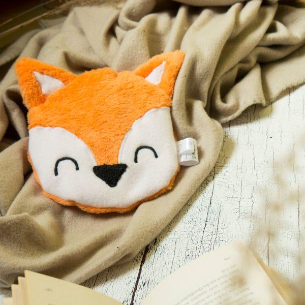 Fuchs Körnerkissen in Decke gekuschelt