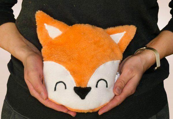 Fuchs Körnerkissen vor dem Bauch